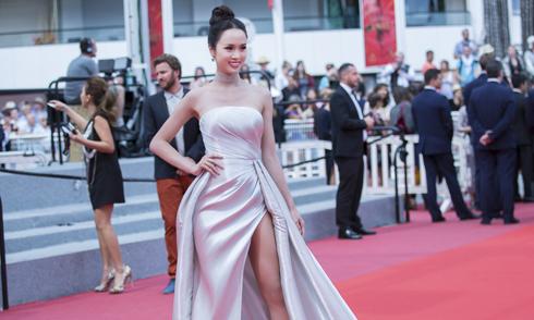 Vũ Ngọc Anh diện váy xẻ gần đến hông khi dự ra mắt phim tại Cannes
