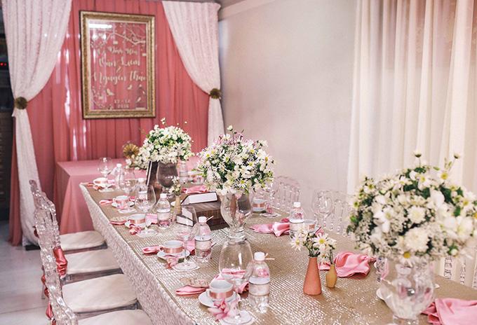 Toàn bộ ly tách, lọ hoa, khung ảnh trên bàn cũng cùng tông hồng khiến khắp không gian trở nên thanh thoát nhẹ nhàng.