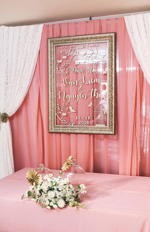 Phông màn gia tiên được cách tân hiện đại, trang trí màu hồng  trắng, với chiếc khung ảnh to lạ mắt. T