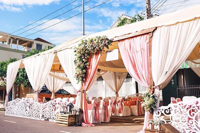 Một hôn lễ mà từ phông bạt, hoa, trang phục cô dâu, phù dâu, cho tới những chi tiết nhỏ nhất như nơ bọc ghế, bánh ngọt cũng cùng một màu hường nhẹ nhàng, thanh lịch.