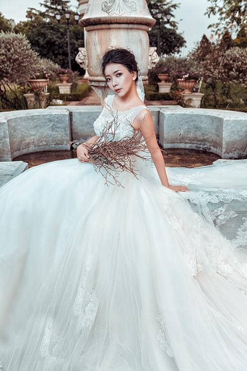Nhà thiết kế tập trung vào phom dáng cổ điển nhưng tinh xảo nhờ họa tiết ren hoàng gia. Mỗi mẫu váy mang tính độc lập với vẻ đẹp riêng biệt, phù hợp với cá tính của nhiều cô dâu từ lãng mạn, nữ tính, cổ điển tới quyến rũ, hiện đại.