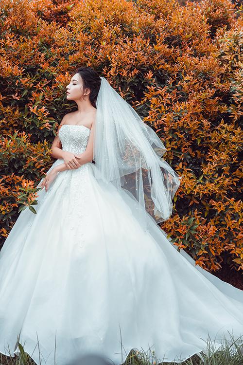 Váy cưới dáng bồng giúp tôn lên vẻ đẹp nhẹ nhàng, nữ tính của cô dâu phương Đông, nhưng vẫn thể hiện được sự gợi cảm qua đường cong ở eo, cúp ngực hay đường cắt mềm mại ở sau lưng.