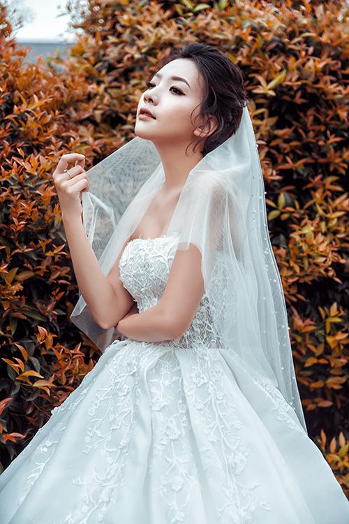 Thiết kế cúp ngực gợi cảm tôn vòng một quyến rũ cho cô dâu.