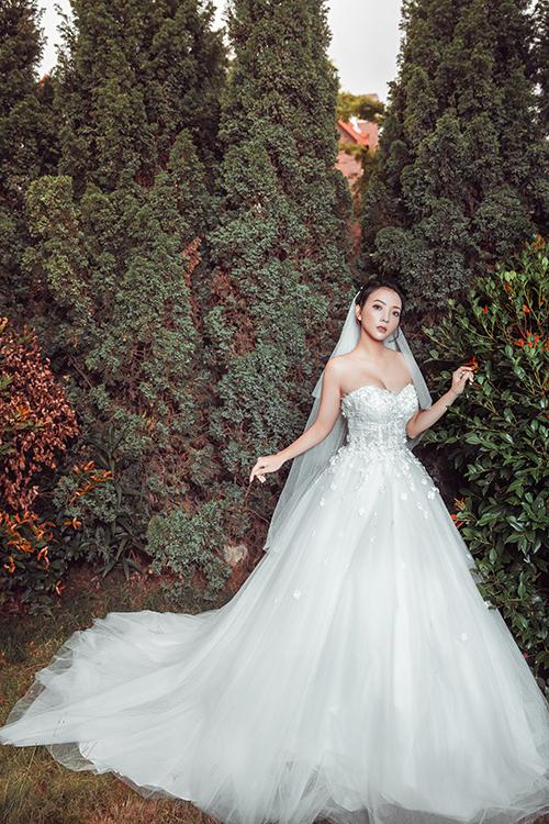 Đuôi váy dài bồng bềnh làm từ nhiều lớp voan siêu nhẹ, tạo sự thướt tha, uyển chuyển khi di chuyển.