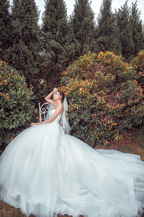 Mẫu thiết kế có phần tùng xòe rộng cùng điểm nhấn xẻ ngực sâu là gợi ý hoàn hảo cho cô dâu trong mùa cưới 2017.