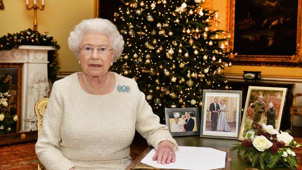 Nữ hoàng Anh luôn dùng màu sơn móng tay hồng phớt của Essie từ năm 1989.