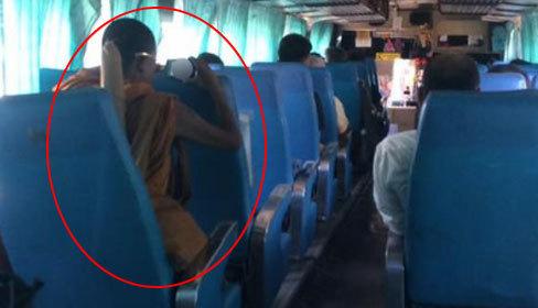 Nhà sư Thái Lan xem phim 'tươi mát' trên xe buýt