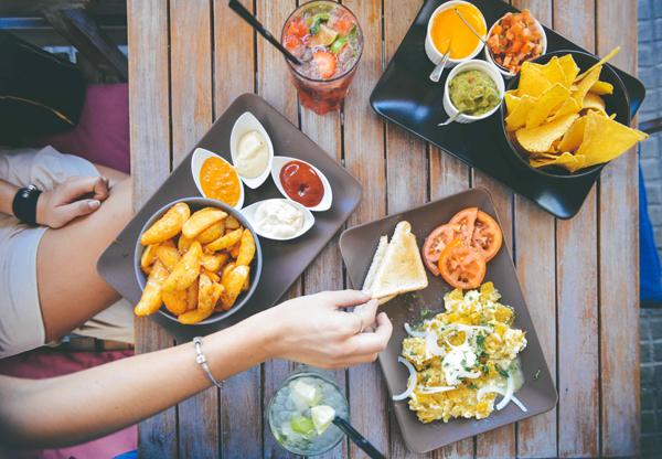 Có một người bạn hay ăn vặt là nguyên nhân khiến bạn khó giảm cân.