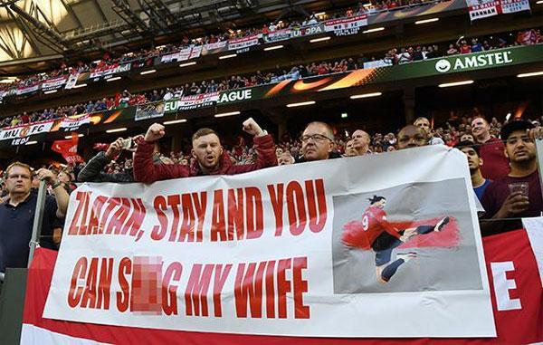 Fan MU thuyết phục Ibrahimovic ở lại Old Trafford