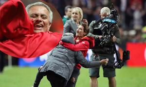 HLV Mourinho ôm con trai lăn lộn trên sân mừng vô địch Europa League