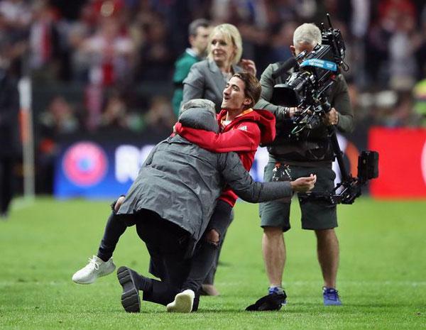 hlv-mourinho-om-con-trai-lan-lon-tren-san-mung-vo-dich-europa-league-3
