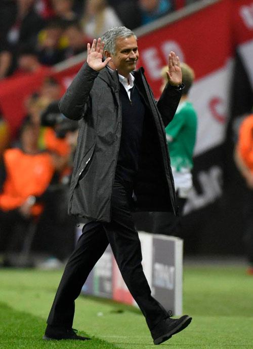 hlv-mourinho-om-con-trai-lan-lon-tren-san-mung-vo-dich-europa-league-1