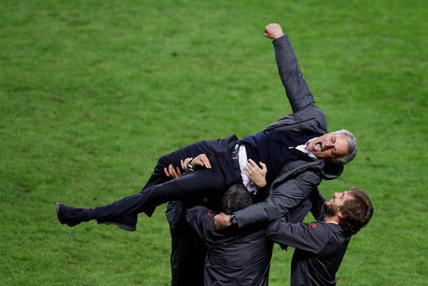 hlv-mourinho-om-con-trai-lan-lon-tren-san-mung-vo-dich-europa-league-7