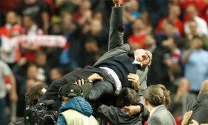 Những kiểu ăn mừng 'bay lên mây' của Mourinho và học trò