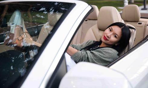 Y Phụng lái xe mui trần sành điệu dạo phố ở Mỹ