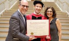 Ông chủ Facebook nhận bằng tốt nghiệp ĐH Harvard sau 12 năm bỏ học