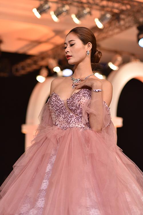 Giống như những chiếc váy cưới trong các câu chuyện cổ tích, váy thể hiện phong cách sang trọng, phương pháp tiếp cận hiện đại vượt thời gian. Sự kết hợp giữa kiểu dáng cổ điển và phong cách, họa tiết hiện đại đã tạo ra một trong những bộ sưu tập được đánh giá cao nhất năm nay.