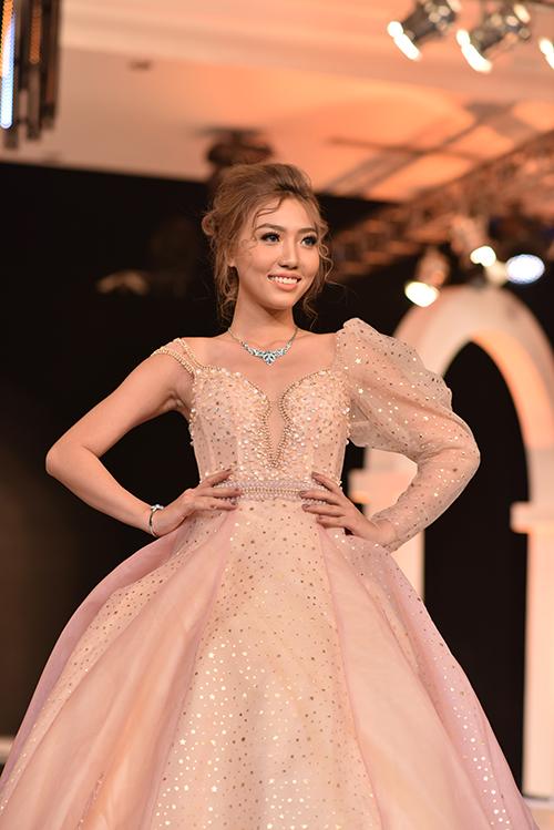Nhà thiết kế sử dụng gam màu pastel đa dạng và biến hóa, đem lại những sắc thái khác nhau cho cô dâu.