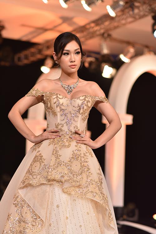 Những chi tiết tưởng như khó hòa hợp với phong cách hiện đại lại được nhà thiết kế khéo léo khai thác, kết hợp cùng chất liệu mỏng, nhẹ, bồng bềnh để tạo nên các mẫu váy phù hợp với hầu hết cô dâu.