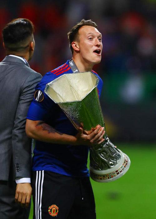 hai-sao-mu-di-choi-dem-mung-vo-dich-europa-league-7