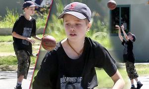 Con gái Jolie-Pitt say sưa chơi bóng rổ cùng vệ sĩ