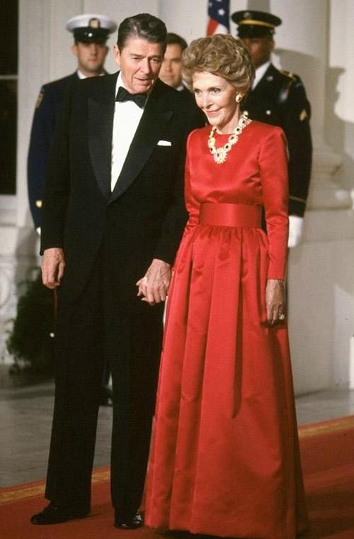 Nancy Reagan là phu nhân Tổng thống Ronald Reagan. Bà cũnglà khách hàng thân thiết của Oscar de la Renta khi gắn bó với nhà thiết kế của thương hiệugần 50 năm. Trong mắtReagan, Oscar làmột người tử tế, lịch thiệp, hào phóng, người mang vẻ đẹp và sự duyên dáng đến cho mọi thứ mà nhà thiết kế này chạm vào.