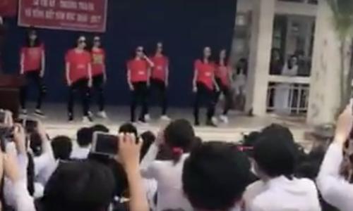 Giáo viên lên sân khấu nhảy sôi động trong lễ tổng kết