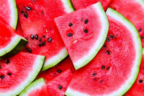 Lý do tại sao nhiều chuyên gia y tế khuyên nên dùng dưa hấu để giảm cân là bởi vì loại quả này có 90 phần trăm là nước giúp no bụng, và 10 phần trăm đường tự nhiên trong dưa hấu rất cần thiết để thúc đẩy sự trao đổi chất của bạn. Xem thêm tại: HEATH VIỆT NAM