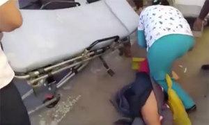 Nhân viên y tế vụng về làm rớt bà bầu hai lần từ trên cáng xuống