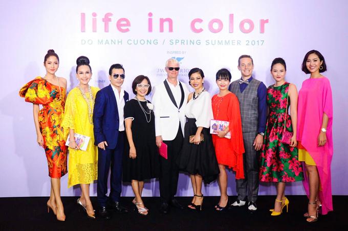 Hoa hậu hoàn vũ Thái Lan, Diễm My, Trần Bảo Sơn, Khánh Ngân, Diệu Ngọc chụp ảnh kỷ niệm cùng các khách mời đến theo dõi chương trình.