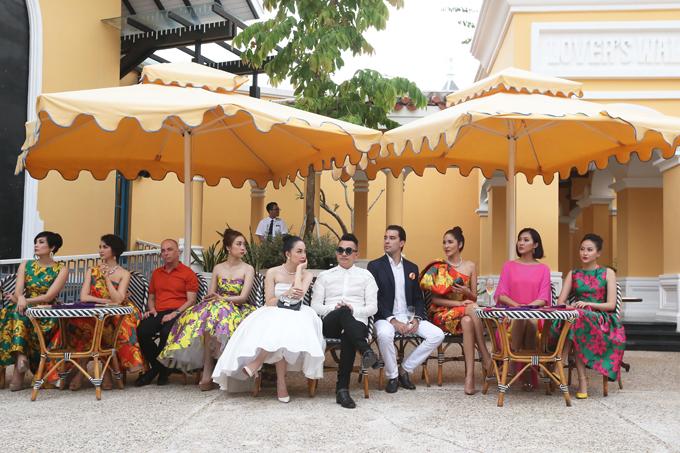 Show thời trang Life In Color của nhà thiết kế Đỗ Mạnh Cường đã được tổ chức tại Phú Quốc với sự góp mặt của đông đảo người đẹp nổi tiếng trong làng giải trí Việt.
