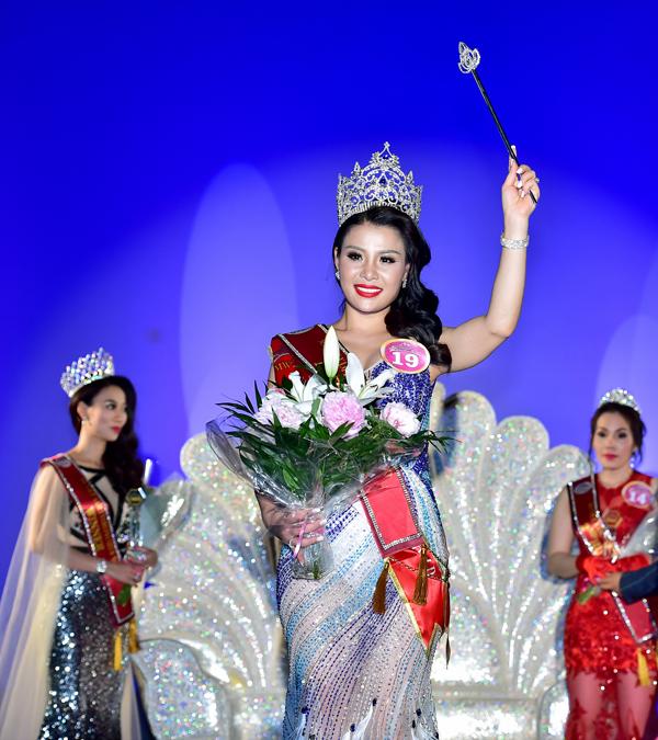 nu-doanh-nhan-viet-dang-quang-hoa-hau-doanh-nhan-nguoi-viet-the-gioi-2017-tai-phap