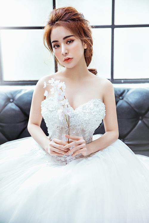 Màu son pastel như hồng, cam, cam nude mang lại nét đẹp tự nhiên và tinh khôi cho cô dâu.