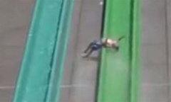 Bé 10 tuổi bị văng khỏi máng trượt công viên nước