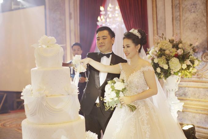 Chủ nhân của đám cưới mang đậm màu sắc cổ tích này là cô dâu Phương Thảo (1991, trợ lý kiểm toán viên) và chú rể Tuấn Tú (1987, doanh nhân).