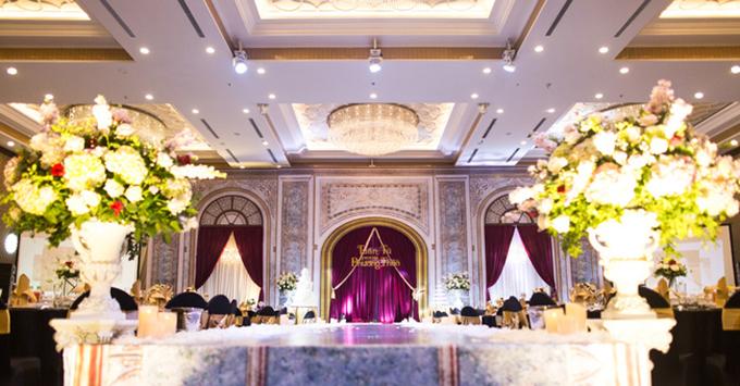 Sân khấu trong đám cưới theo concept cổ tích với khung cửa sổ và những cổng vòm được lấy cảm hứng từ kiến trúc trong các lâu đài của Anh.