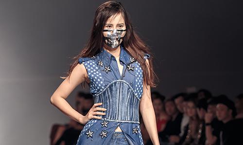 Hương Ly đeo mặt nạ, làm vedette khi diễn đồ jeans