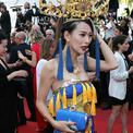 Diễn viên Hoa ngữ mặc 'long bào', để hở cả áo lót trên thảm đỏ Cannes