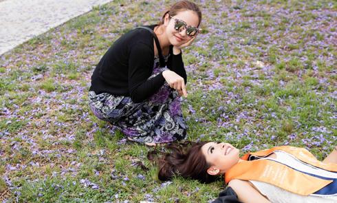 Jennifer Phạm làm stylist chụp hình cho em gái trong ngày tốt nghiệp