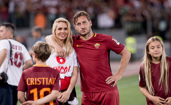 totti-khoc-cuoi-trong-vong-tay-vo-con-ngay-chia-tay-as-roma-9