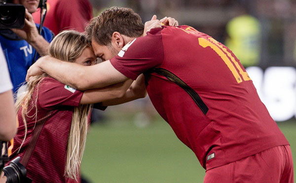 totti-khoc-cuoi-trong-vong-tay-vo-con-ngay-chia-tay-as-roma-10