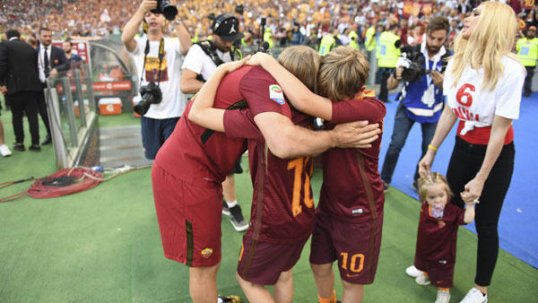 totti-khoc-cuoi-trong-vong-tay-vo-con-ngay-chia-tay-as-roma-11