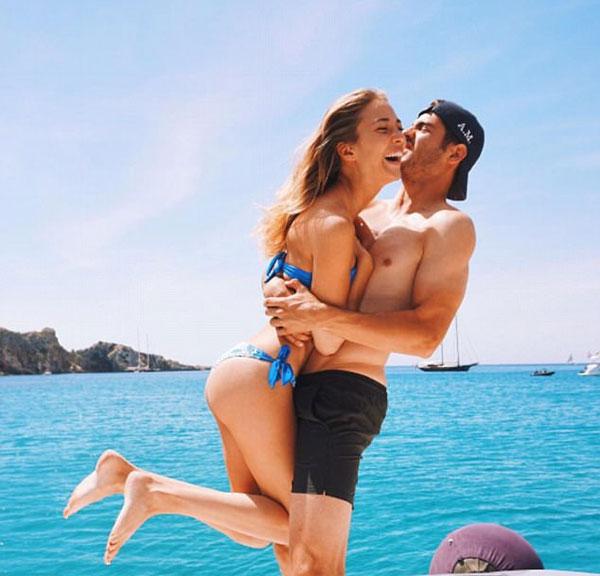 Tay vợt người Tây Ban Nha Alvaro Morata cũng đã xuống biển và chia sẻ thời gian với bạn gái, người mẫu và nhà thiết kế thời trang Alice Campello. Một vài ngày trước khi giải vô địch cuối cùng với người phụ nữ đẹp nhất trên thế giới, ông viết trên trang Instagram của mình.  Brazil và Danilo và Marcelo đều tham gia vào một trận đấu của Teqball, một trò chơi tương tự như bóng bàn nơi người chơi cố gắng để bóng chuyền qua một bảng Teqboard cong và trên một rào cản perspex.  Đầy hậu vệ Danilo (trái) và Marcelo (thứ 2 bên trái) đã luyện tập kỹ năng của họ bằng những cơn sốt mới nhất của bóng đá  Tiền vệ người Croatia, Mateo Kovacic, mỉm cười khi anh thích bơi cùng với một số người bạn trong một hồ bơi xa hoa.