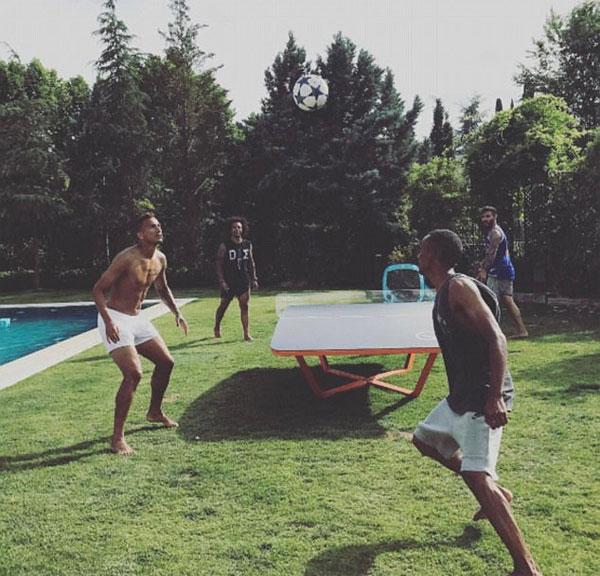 Brazil và Danilo và Marcelo đều tham gia vào một trận đấu của Teqball, một trò chơi tương tự như bóng bàn nơi người chơi cố gắng để bóng chuyền qua một bảng Teqboard cong và trên một rào cản perspex.
