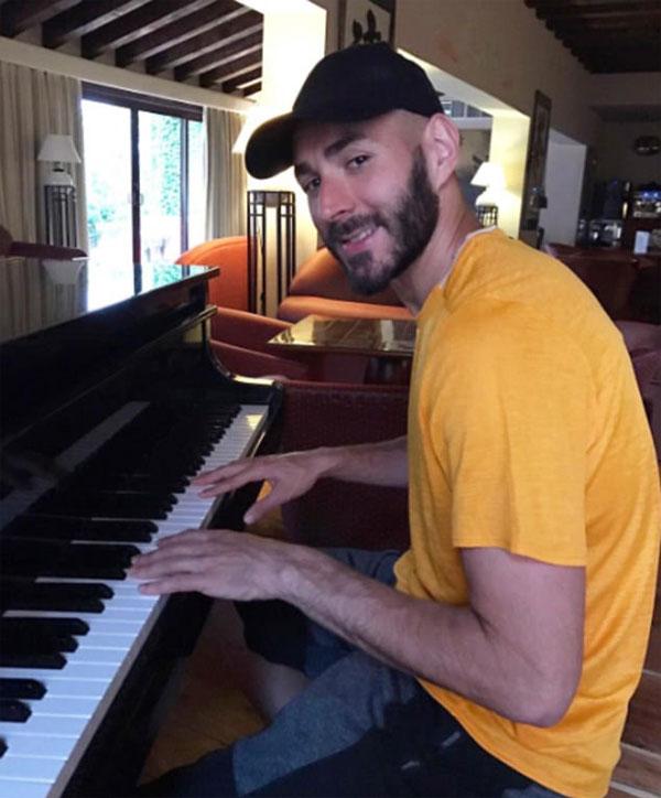 Tiền đạo người Pháp Karim Benzema cho biết anh là một người đàn ông với nhiều tài năng khi anh chơi piano trong khi đang cúi xuống nhà.