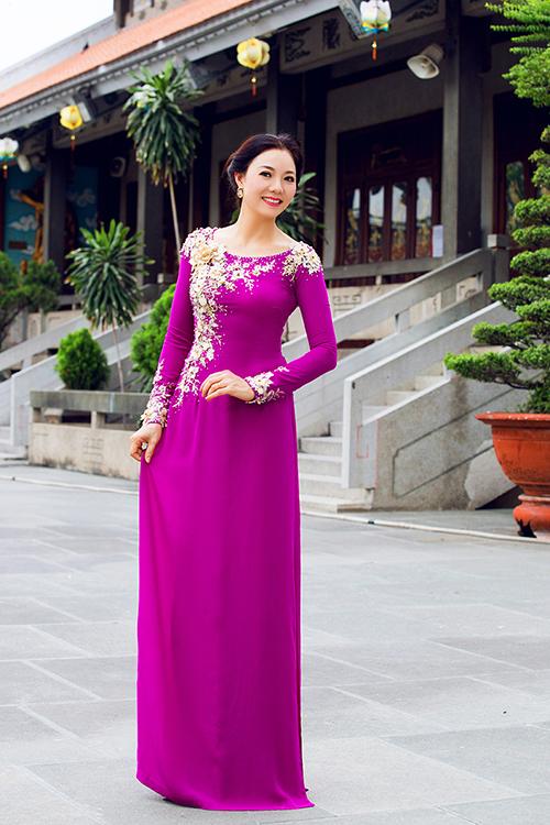 Áo dài trung niên dành cho mẹ cô dâu, chú rể ngày càng được chăm chút hơn, cách kết hợp màu sắc cũng tươi sáng, trẻ trung hơn để phù hợp với ngày trọng đại.