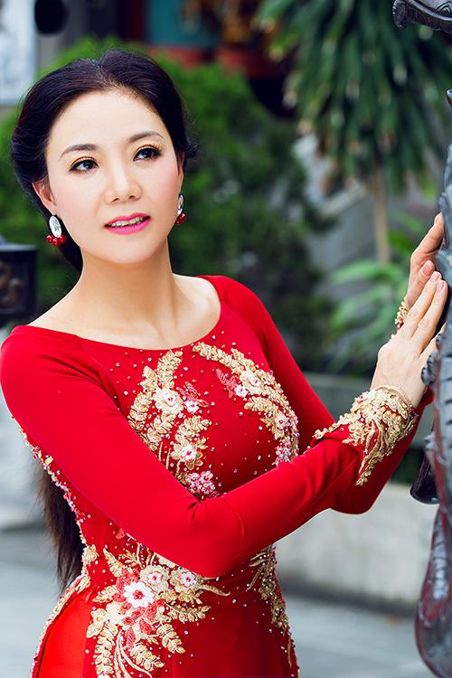 Áo dài cho phụ nữ trung niên thường được may chiết eo cao.