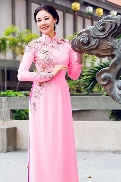 Kiểu áo cổ cao 3 phân, tà áo không quá rộng theo phong cách truyền thống luôn được phụ nữ trung niên yêu thích.