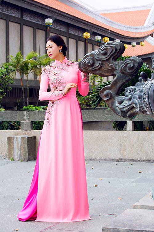 Dáng áo cổ điển và quần lụa cùng tông là cách phối hợp đơn giản, phổ biến.