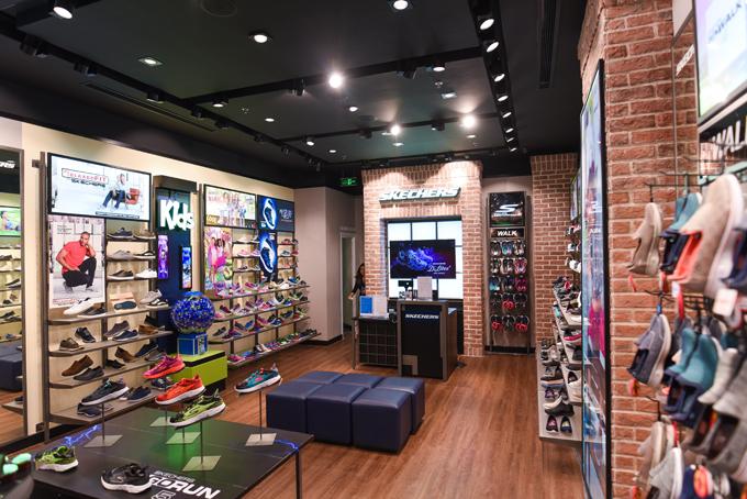 Cửa hàng rộng 150m2, được thiết kế theo phong cách hiện đại, trung bày đa dạng mẫu mã giày. Tại đây, các tín đồ của Skechers sẽ thoải mái trải nghiệm những phong cách thời trang mới cũng như những bộ sưu tập nổi bật của thương hiệu.